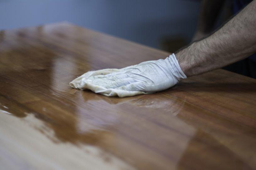 Jak dbać o meble woskowane?